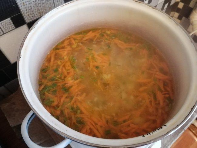 КАртошка с луком и морковь в кастрюле с бульоном от курицы