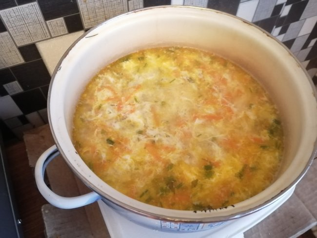 Яйца влитые в кастрюлюс картошкой и морковью