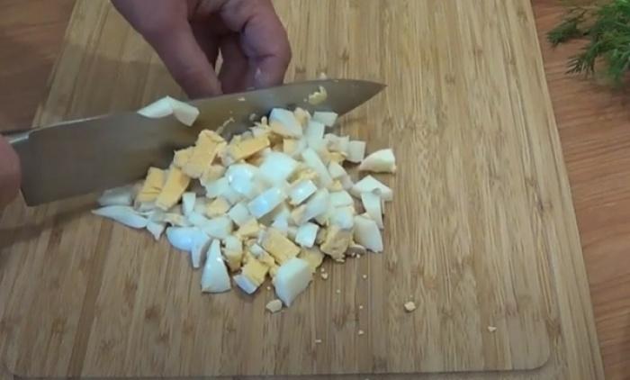 Вареные яйца нарезанные кубиками