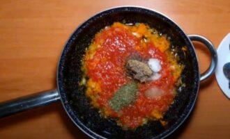 Морковь с луком залитые томатным соком на сковороде