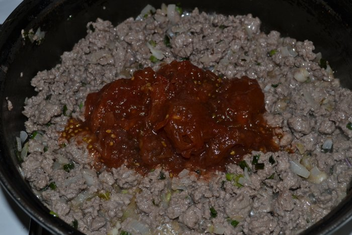 Лук с фаршем и помидорами в своем соку на сковороде