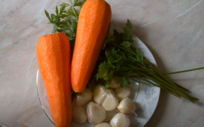 Морковь, чеснок и зелень