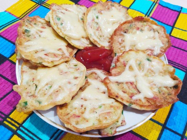 Вкусные оладьи из кабачков с сыром и колбасой
