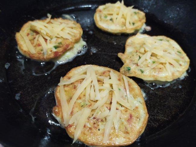 Оладьи из кабачков на сковороде посыпанные тертым сыром
