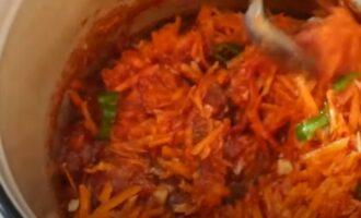 Овощи для кабачков по корейски с томатным соком на плите