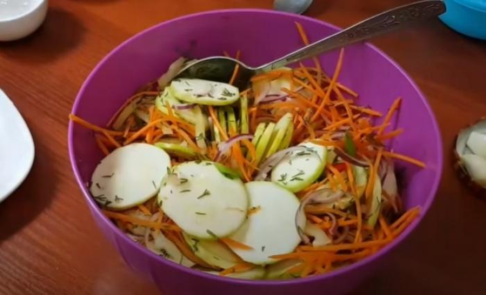 Подготовленные овощи для кабачков по-корейски
