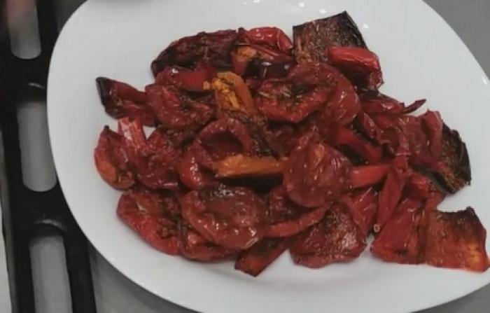 Помидоры и перец вяленые на тарелке