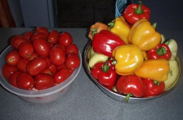 Мытые помидоры и сладкий перец