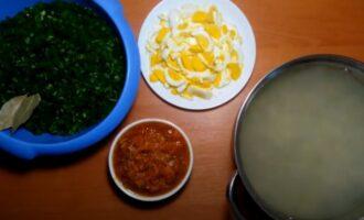 Щавель, яйцо и ажарка с томатным соком