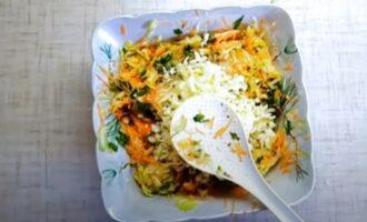 Добавленный сыр в тертые кабачки для оладий