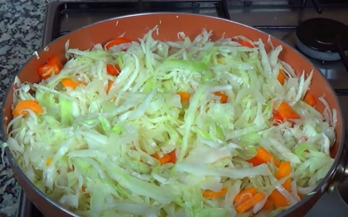 Капуста с морковью и луком в сковороде
