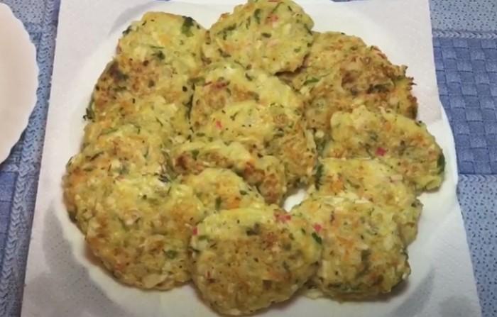 Капустные котлеты с крабовыми палочками и сыром приготовленные на сковороде