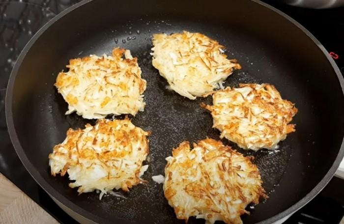 Капустные котлеты с сыром в сковороде
