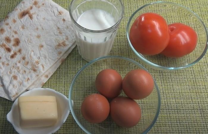 Лаваш, сыр, помидоры и яйца для пиццы на сковороде