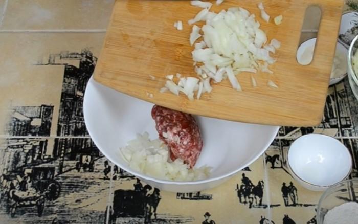 Лук и мясной фарш в миске