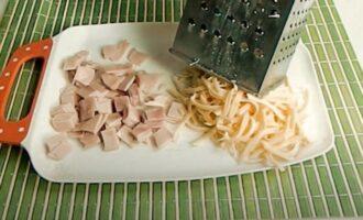 Нарезанная колбаска и тертый сыр