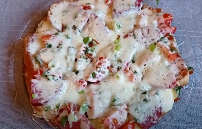 Пицца из батона на сковороде