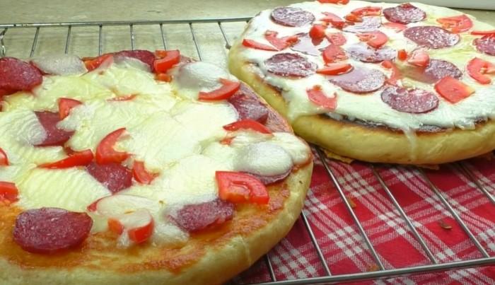 Пицца приготоаленная на дрожжевом тесте с сыром моцарелла в сковороде