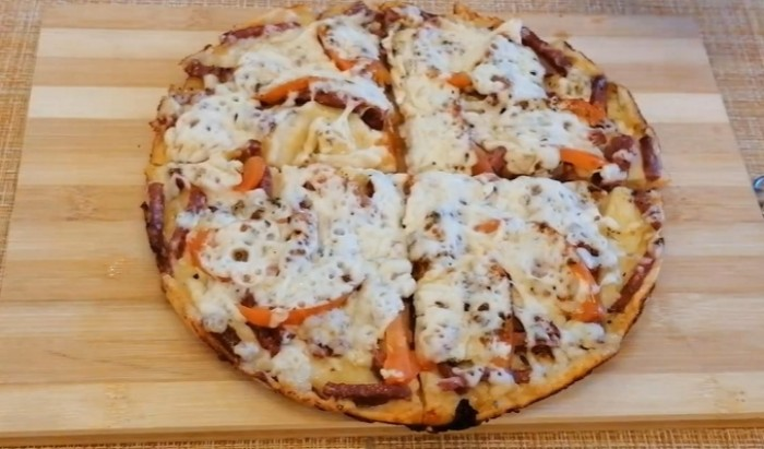 Пицца приготовленая со сметаны, майонеза и яйца на сковороде