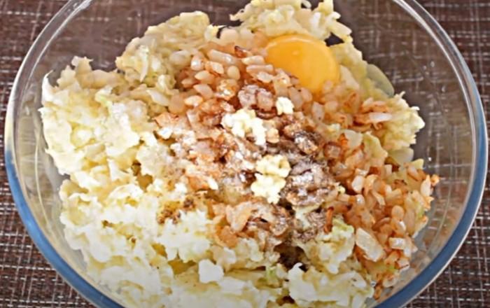 Капуста, пюре и лук с яйцом в одной миске