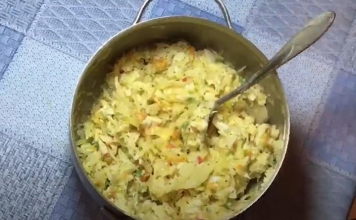 Ингредиенты для котлет из капусты замешанные в кастрюле