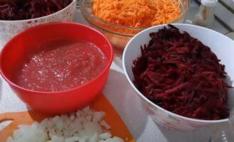Лук, морковь, свекла и перекрученные помидоры