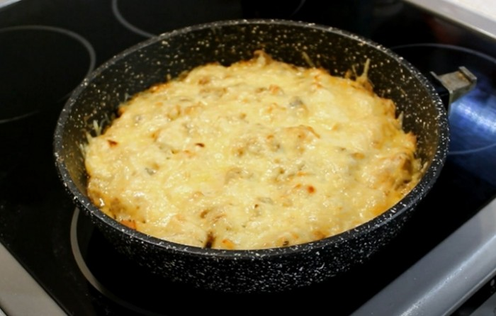 Жульен на сковороде с курицей и грибами