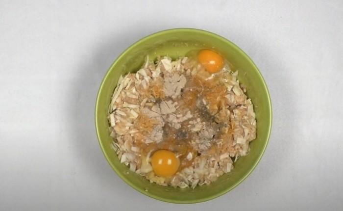 Фарш, капуста, рис и яйца в одной миске